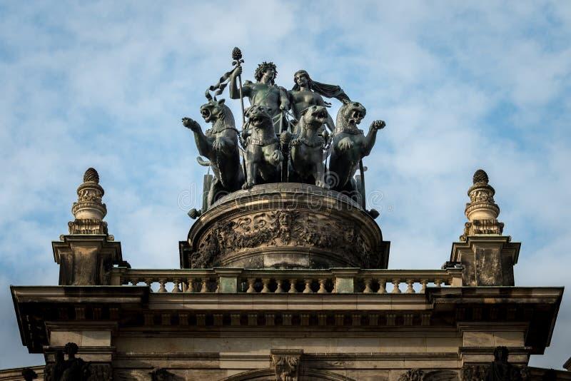 Statua sopra l'opera a Dresda fotografia stock libera da diritti