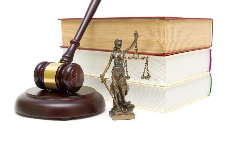 Statua sprawiedliwość, młoteczek i książki odizolowywający na białym tle, zdjęcia stock