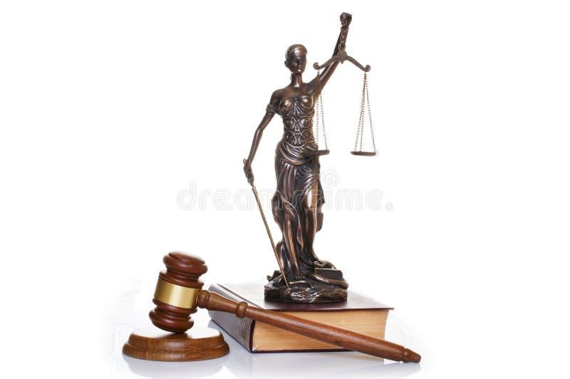 Statua sprawiedliwość, sędziego młot za książkami na białym tle obrazy stock