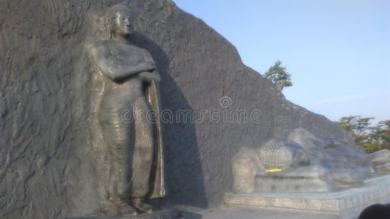Statua stante di Buddha e la statua adagiantesi di Buddha in Polonnaruwa Sri Lanka immagini stock