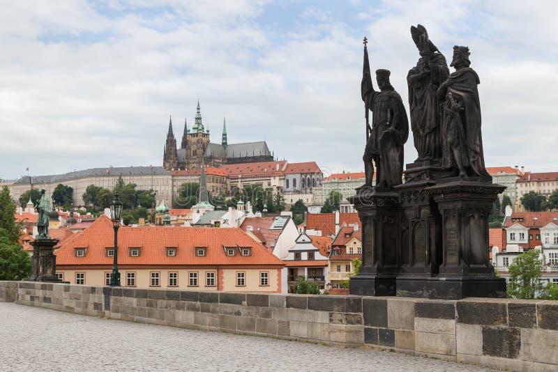 Statua su Charles Bridge a Praga immagine stock libera da diritti