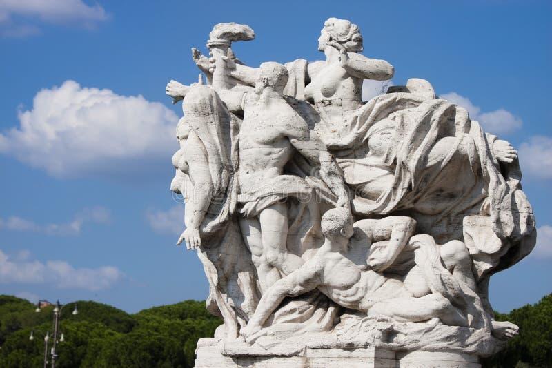 Statua sul ponte di Vittorio Emanuele II immagine stock libera da diritti