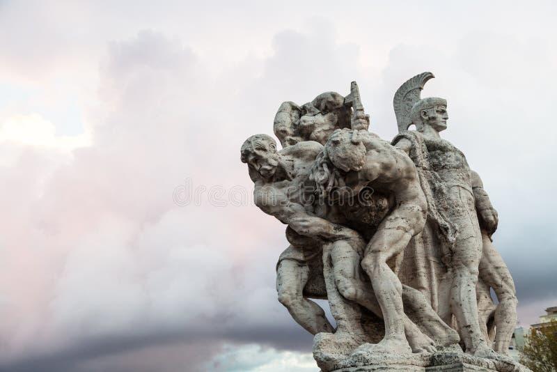 Statua sul ponte Ponte Vittorio Emanuele II immagine stock libera da diritti