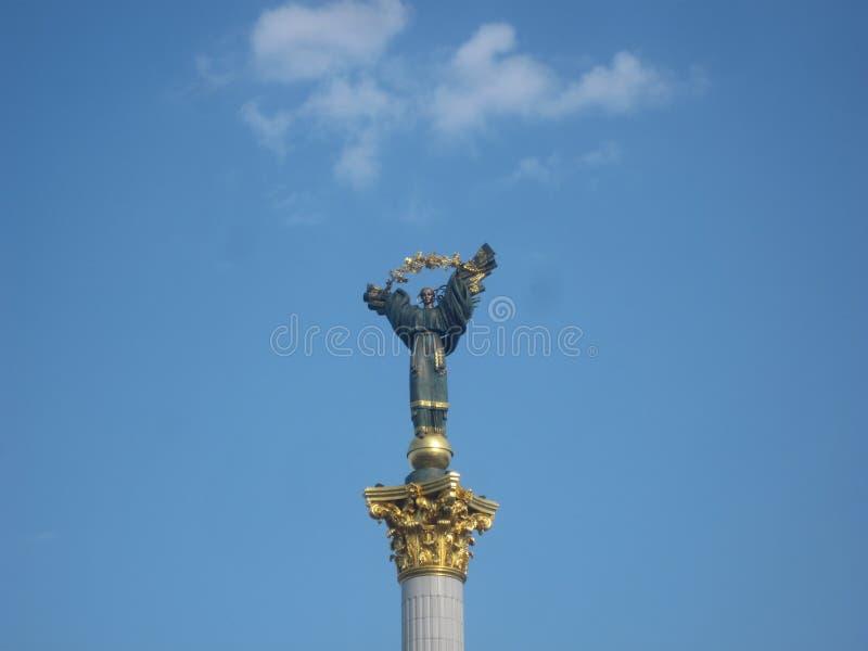 Statua sul simbolo del quadrato di indipendenza di indipendenza del paese fotografia stock libera da diritti