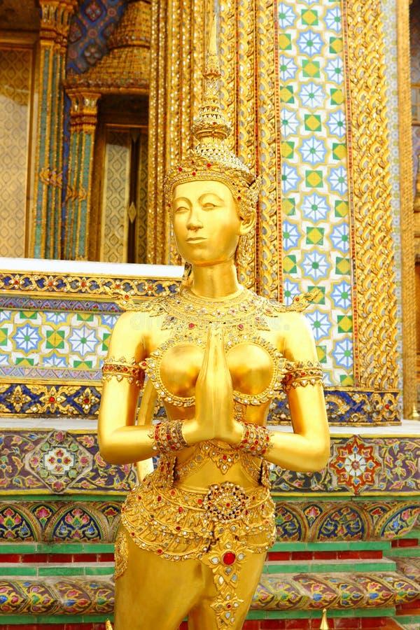 Statua tailandese di Kinnara al tempio di Emerald Buddha (Wat Phra-Ka immagine stock
