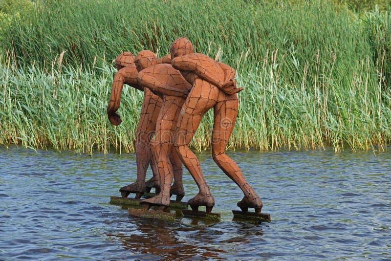 Statua trzy łyżwiarki jeździć na łyżwach na Nim Wiid w Eernewoude w Friesland zdjęcia stock