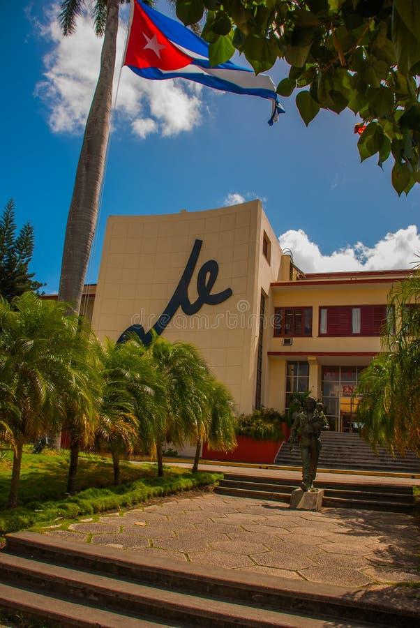 Statua Trzyma dziecka Che Guevara, SANTA CLARA, KUBA: Kuba flaga, Che Guevara zabytek na zewnątrz partii komunistycznej i statua  fotografia royalty free