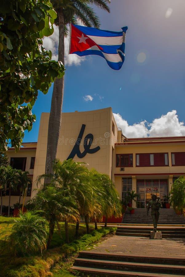 Statua Trzyma dziecka Che Guevara, SANTA CLARA, KUBA: Kuba flaga, Che Guevara zabytek na zewnątrz partii komunistycznej i statua  obrazy royalty free