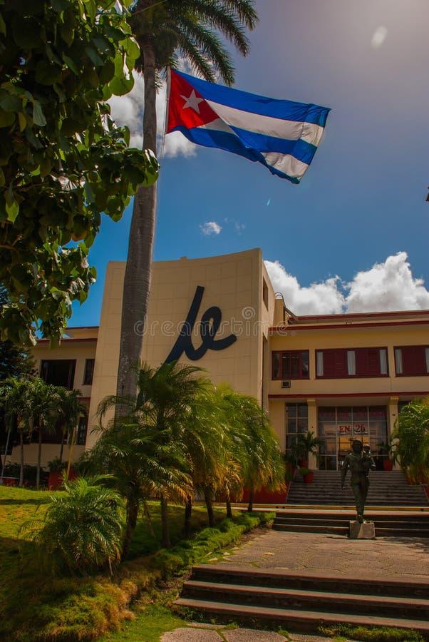 Statua Trzyma dziecka Che Guevara, SANTA CLARA, KUBA: Kuba flaga, Che Guevara zabytek na zewnątrz partii komunistycznej i statua  obraz royalty free