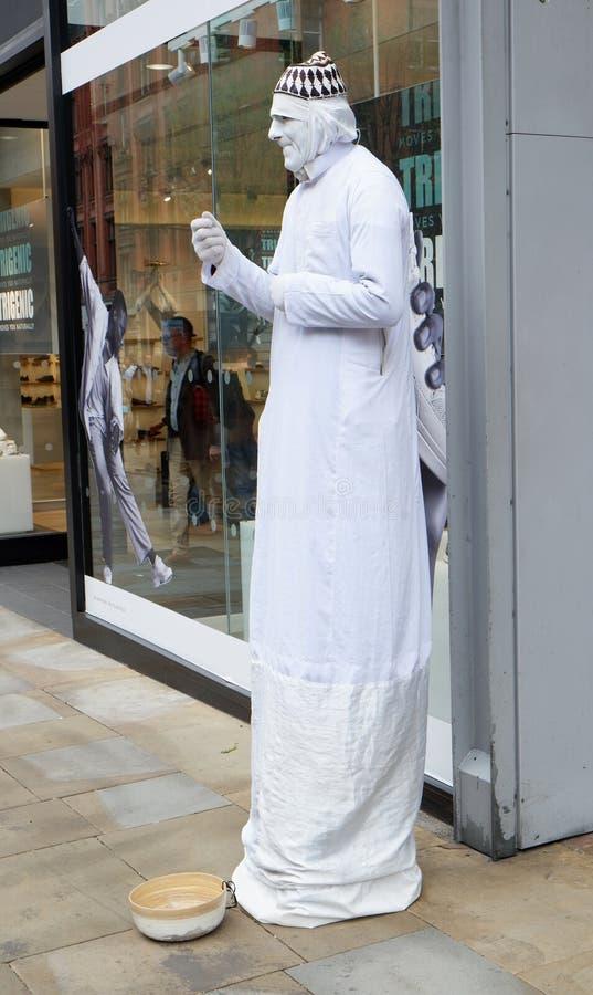Statua umana bianca alta del teatro della via fotografia stock libera da diritti