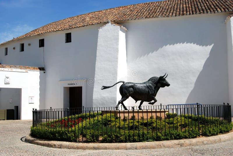 Statua in un'aiola con l'arena alla parte posteriore, Ronda, Spagna del toro immagine stock libera da diritti