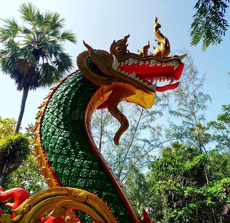 Statua verde del NaGa in tempio immagini stock