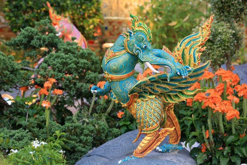 Statua verde dell'elefante con le ali sulla roccia immagine stock libera da diritti