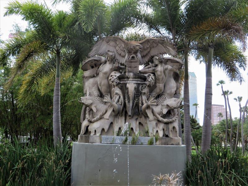 Statua wśród drzewek palmowych na zewnątrz uniwersyteta Tampa zdjęcia stock