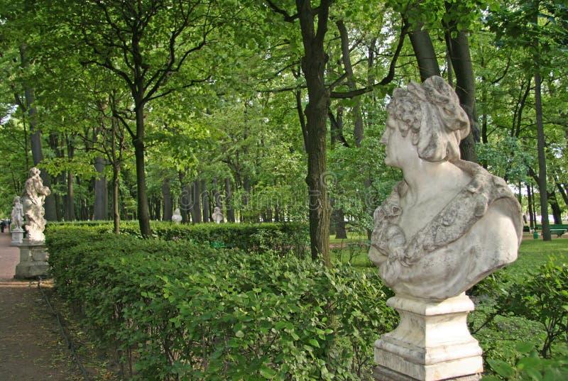 Statua w lato ogródzie, StPetersburg, Rosja zdjęcia stock