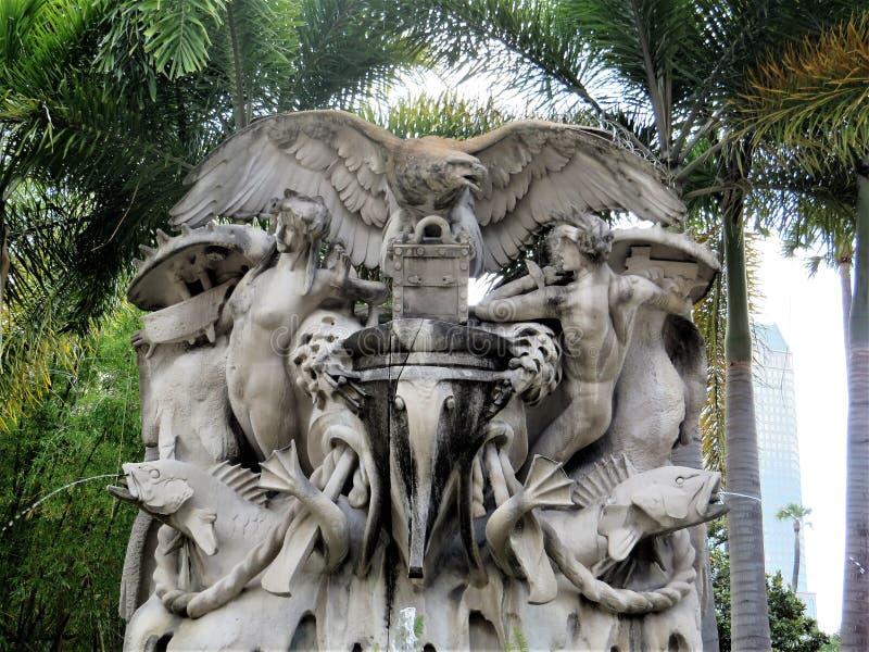 Statua w?r?d drzewek palmowych na zewn?trz uniwersyteta Tampa fotografia stock