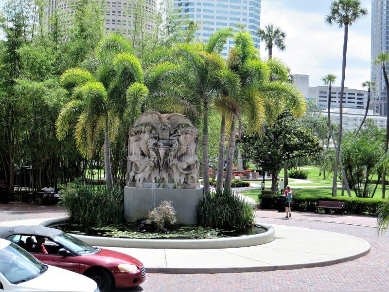 Statua w?r?d drzewek palmowych na zewn?trz uniwersyteta Tampa fotografia royalty free