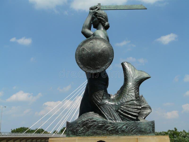 Statua Warszawska syrenka Vistula rzeką, Warszawa, Polska obrazy stock