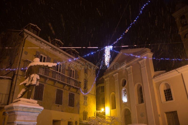Statua wewnątrz od kościół w Corsica, pod opadem śniegu zdjęcia royalty free