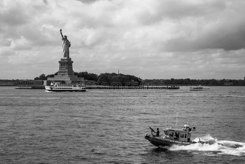 Statua Wolności i kanonierka USA straż przybrzeżna Czarny I Biały - Krajobrazowy aspekt - zdjęcie royalty free