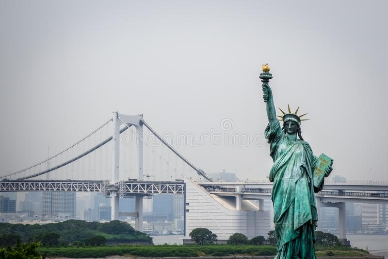 Statua Wolności i Tokyo pejzaż miejski, Japonia obrazy royalty free