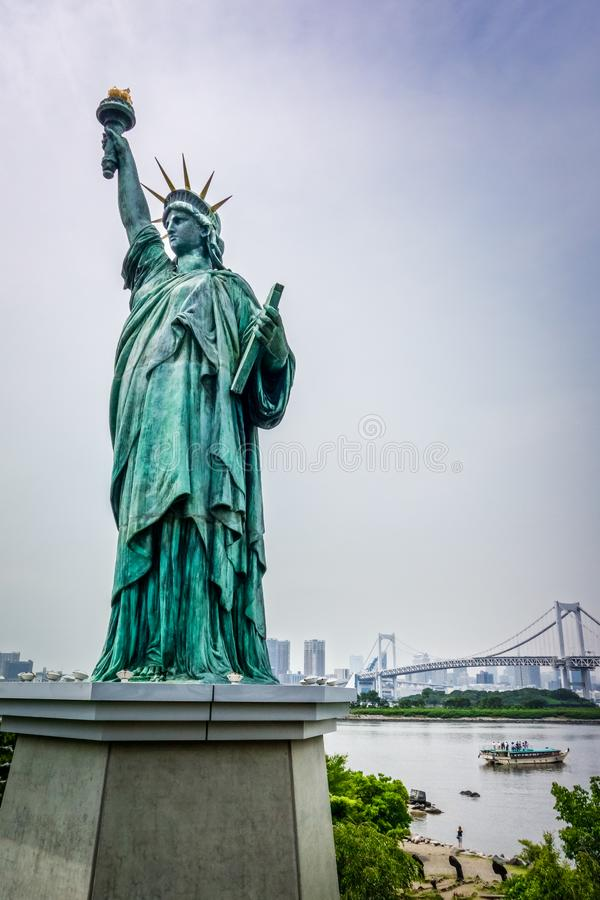 Statua Wolności i Tokyo pejzaż miejski, Japonia zdjęcia stock