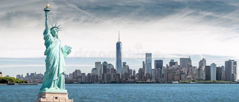 Statua Wolności z Jeden world trade center tłem, punkty zwrotni Miasto Nowy Jork obraz royalty free