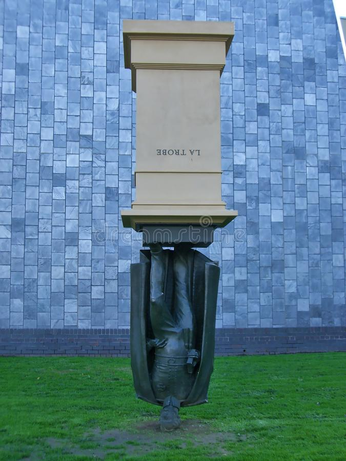 Statue à l'envers photo stock