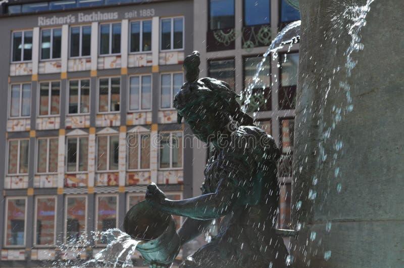 Statue à la petite fontaine d'eau à Munich en Allemagne photos libres de droits