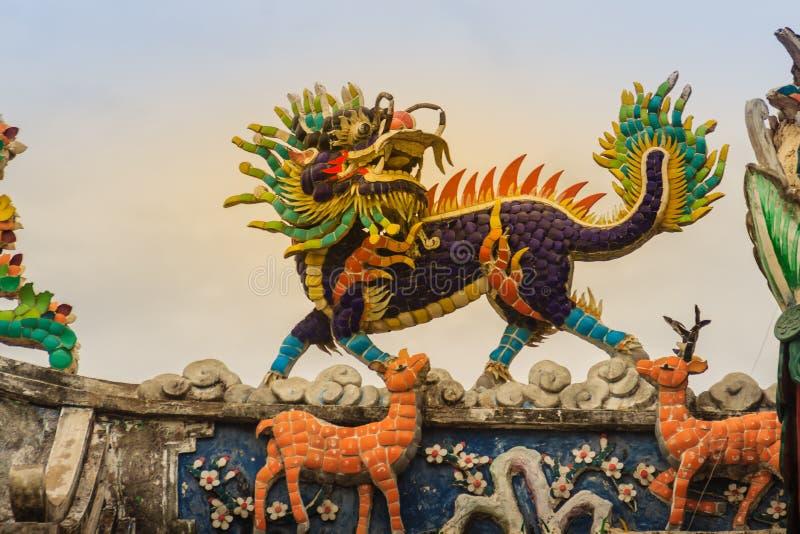 Statue à tête de dragon chinoise de licorne sur le toit de temple Kylin o image stock