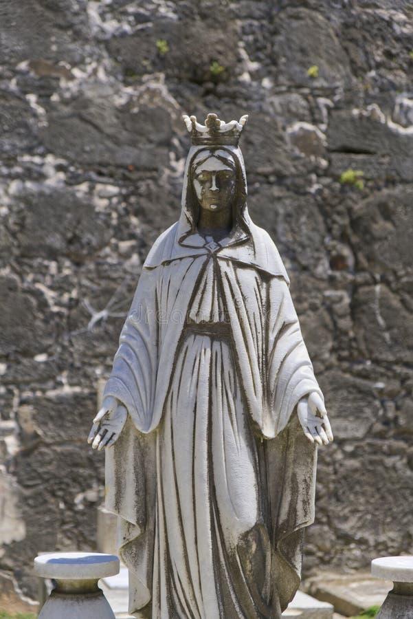 Statue âgée priant au-dessus de la tombe photographie stock