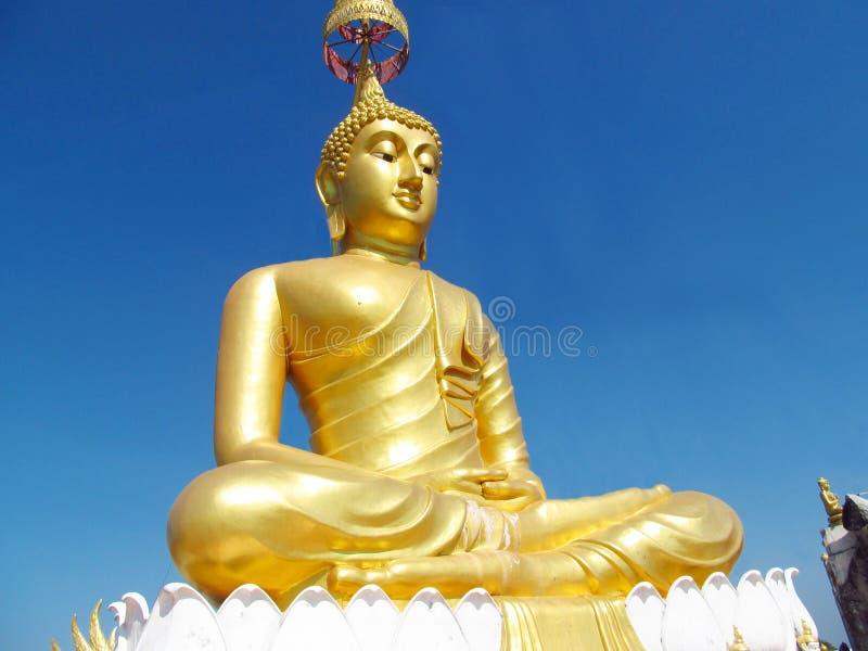 Statue énorme de Bouddha de couleur d'or photographie stock