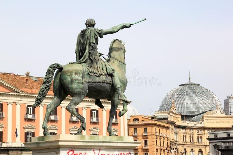Statue équestre chez Piazza del Plebiscito, Naples, Italie photo stock
