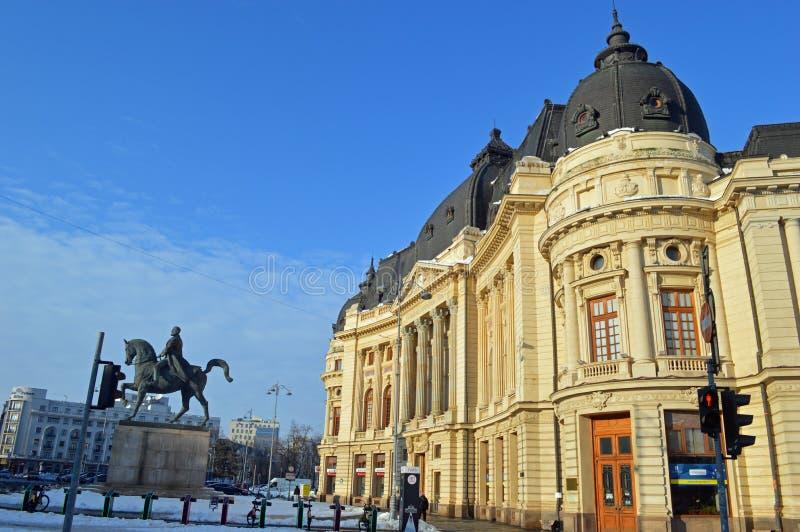 Statue équestre de la hymne de louange I et de la bibliothèque universitaire Bucarest Roumanie image stock