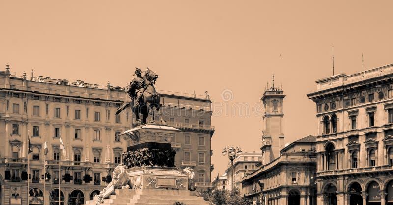 Statue équestre de Vittorio Emanuelle II en noir et blanc photographie stock libre de droits