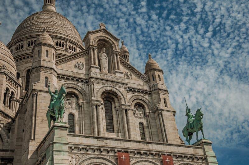 Statue équestre en bronze à la basilique de la façade de Sacre Coeur à Paris images stock