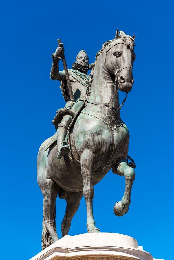 Statue équestre en bronze du Roi Philip III à Madrid, Espagne Copiez l'espace pour le texte vertical images stock