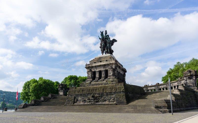 Statue équestre Kaiser Wilhelm German Corner à Coblence au ciel bleu images libres de droits