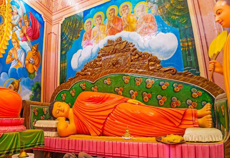 Statue étendue de Bouddha dans le temple de Halpanwila images stock