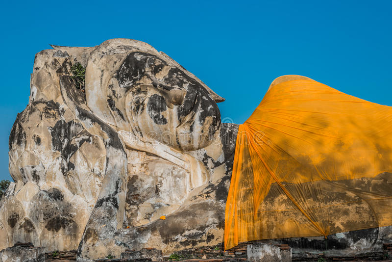 Statue étendue géante Wat Lokayasutharam de Bouddha photos stock