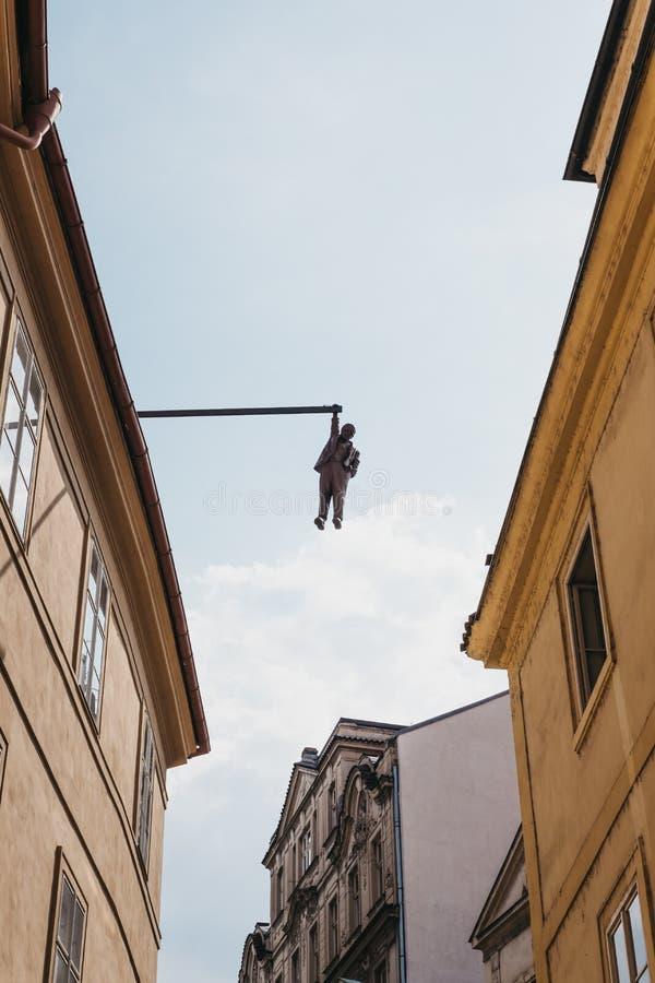 """statue accrochante """"Man de  d'Out†de  d'†de ¾ de muÅ de ½ d'enà de ¡ du› Å d'""""ZavÄ par le ½ de David ÄŒernà à Prague, R image stock"""