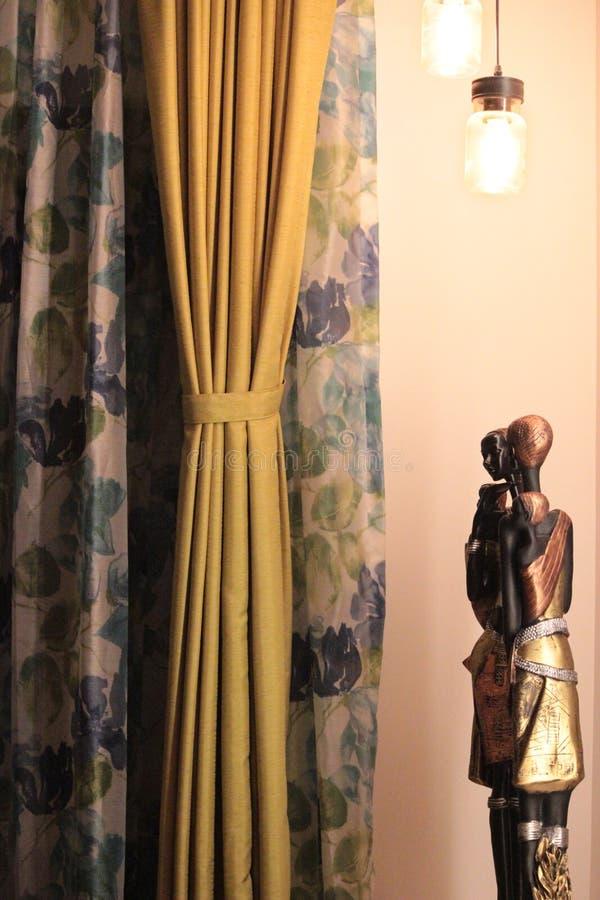 Statue africaine dans la maison moderne image libre de droits