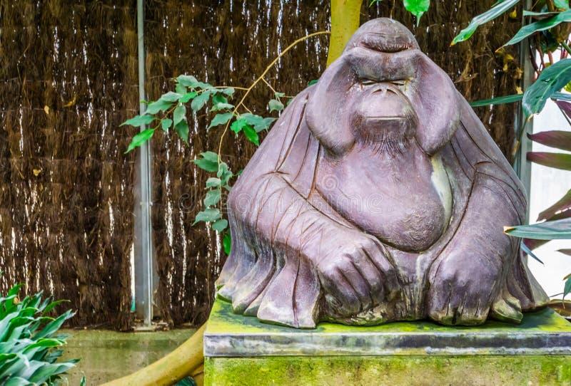 Statue animale de marbre d'un orang-outan, grande sculpture en singe, décoration tropicale de jardin photographie stock
