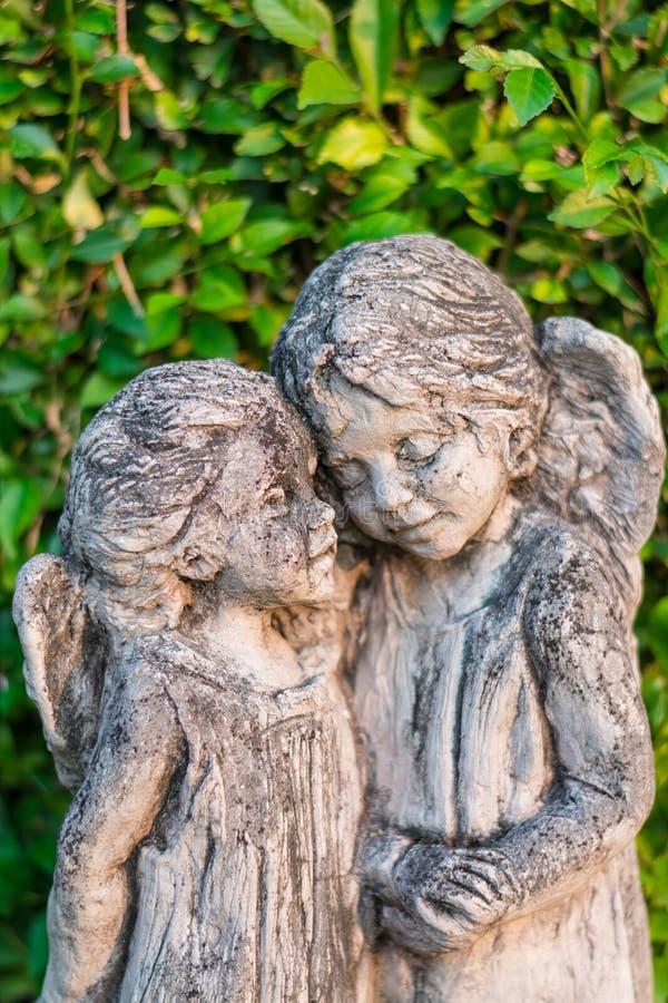 Statue antiche di angelo nella foresta fotografia stock