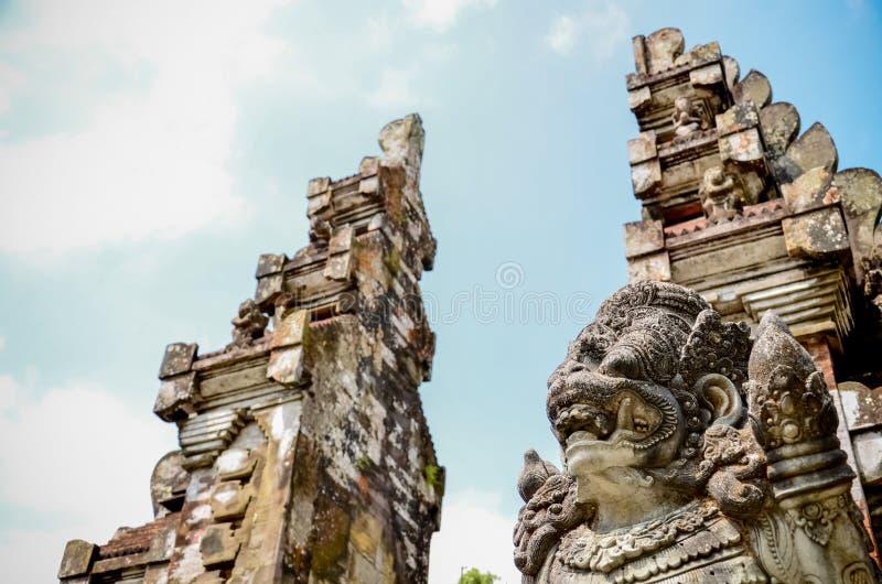 Statue antiche di arte e costruzione tradizionale nel tempio alle sedere fotografia stock libera da diritti
