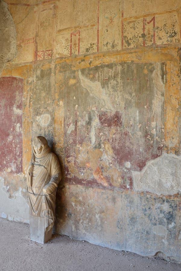 Statue antique au mur des bains de Stabian, Pompeii images libres de droits