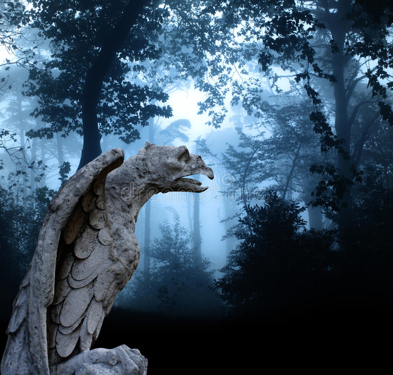 Statue antique d'aigle dans la forêt brumeuse image libre de droits