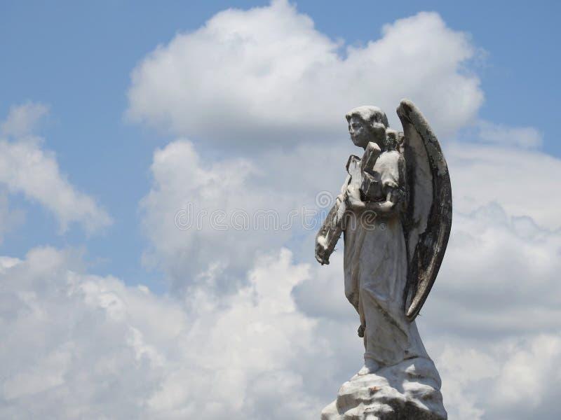 Statue antique d'un ange tenant une croix dans des ses mains photo libre de droits