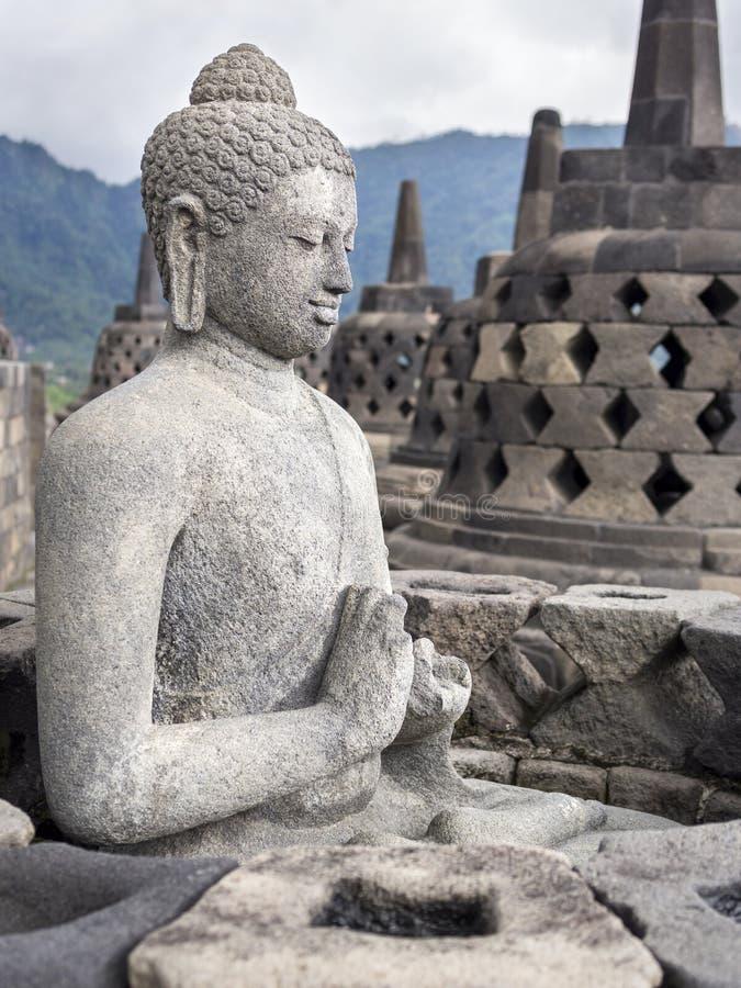 Statue antique de Bouddha aux ruines de temple de Borobudur, Yogyakarta, Jav photographie stock libre de droits