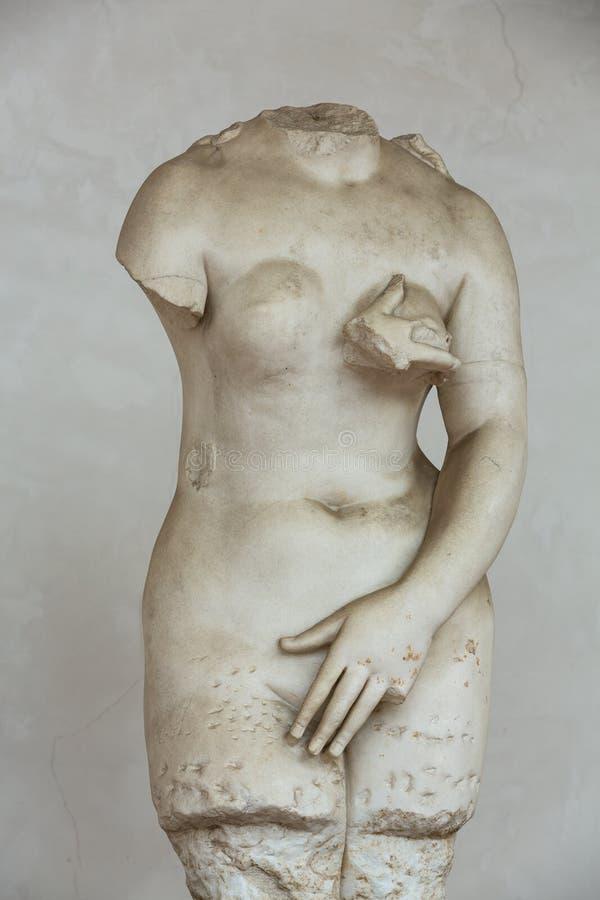 Statue antique de femme dans les bains de Diocletian (Thermae Diocletiani) à Rome photographie stock libre de droits